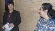 Wesley So sammen med stemoren Lotis Key etter at førsteplassen i Tata Steel Chess er klar. Foto: Maria Emelianova