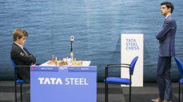 Magnus Carlsen etter at han innser at seieren over Giri glipper. Foto: Maria Emelianova