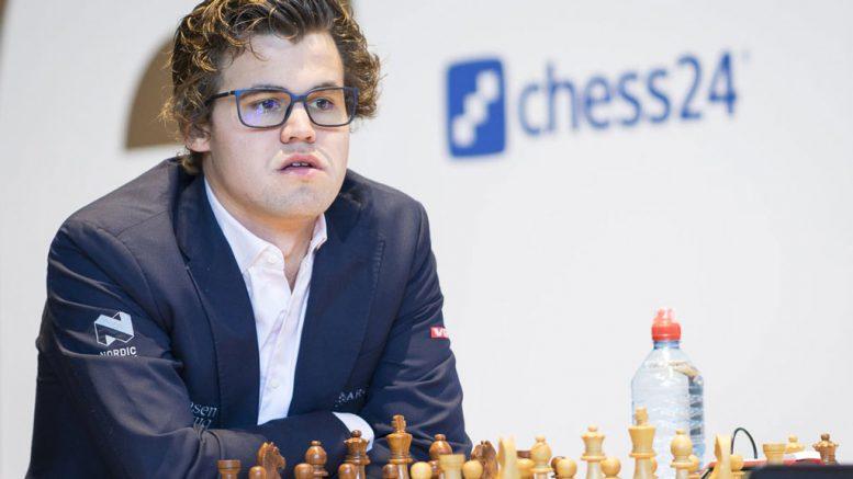 BRILLEFIN: Magnus Carlsen med ny look i Tyskland. Foto: Lennart Ootes