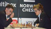 REMIS: Fabiano Caruana og Magnus Carlsen i det 26. møtet i andre runde av Altibox Norway Chess 2017. Foto: Tarjei J. Svensen