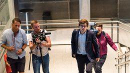 ENDELIG: Magnus Carlsen på vei for å snakke med TV 2 etter seieren over Sergey Karjakin Foto: Lennart Ootes