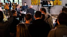 FOLKSOMT: Mange tilskuere på stedet når Magnus Carlsen går i studio hos TV 2. Foto: Lennart Ootes