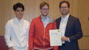 Aryan Tari, Frode Urkedal og Jon Ludvig Hammer tar i mot prisen på vegne av det norske OL-laget som tok 5. plass i Baku i 2016. Foto: Tarjei J. Svensen