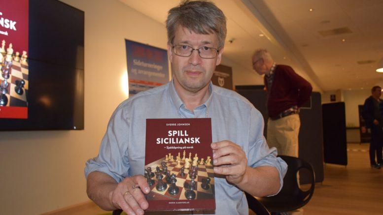 SJAKKBOK: Sverre Johnsen lanserte Spill Sicilansk - sjakkåpning på norsk i Stavanger onsdag. Foto: Tarjei J. Svensen