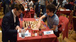 RIVALER: Magnus Carlsen mot en av sine aller største rivaler, Fabiano Caruana på Isle of Man. Foto: Tarjei J. Svensen
