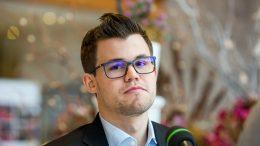 KNUSENDE: Magnus Carlsen snakker med Chess.com etter å ha vunnet 2-0 over Alexey Dreev i FIDE World Cup. Foto: Maria Emelianova/mattogpatt.no