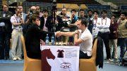 SJAKK-VM: Magnus Carlsen stiller igjen i VM i lyn- og hurtigsjakk. Her fra seieren mot russeren Alexander Riazantsev i VM i Qatar i fjor. Foto: Yerazik Khachatourian