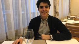 VERDENSMESTER: Aryan Tari er ny juniorverdensmester i sjakk. Her under middagen etter at resultatet er klart. Foto: Johan-Sebastian Christiansen