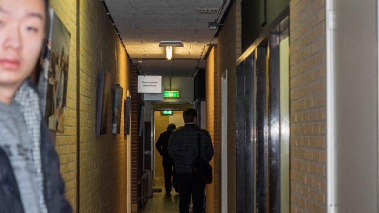 Magnus Carlsen forlater spillesalen De Moriaan i Wijk an Zee etter å ha spilt remis mot Wei Yi. Foto: Maria Emelianova/chess.com