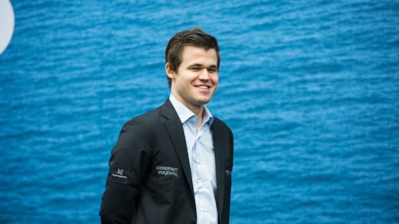 FORNØYD: Magnus Carlsen tok sin tredje strake seier over Hou Yifan med hvit i Wijk aan Zee. Foto: Maria Emelianova