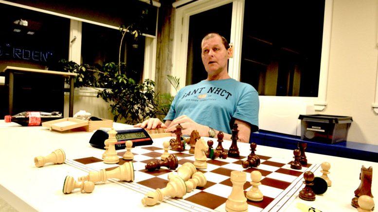 Stein Bjørnsen, kort tid etter at det ble oppdaget en ørepropp teipet fast i hånden. Foto: Robert Hansen