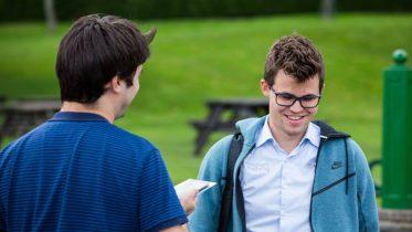 Magnus Carlsen intervjues av Matt & Patt under Chess.coms Isle of Man International i 2017. Foto: Maria Emelianova/chess.com