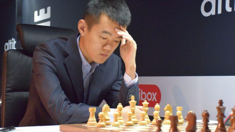 Ding Liren i 2. runde i Norway Chess. Nå står deltakelsen i fare etter et sykkeluhell. Foto: Tarjei J. Svensen
