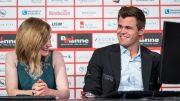 FORNØYD: En blid Magnus Carlsen i studio sammen med kommentator Anna Rudolf etter seieren. Foto: Lennart Ootes