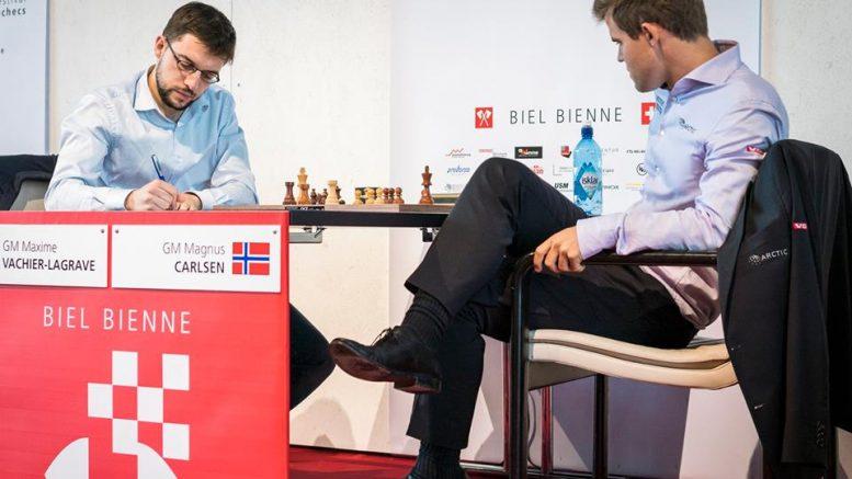 Magnus Carlsen med drømmestart i Biel etter seieren over Maxime Vachier-Lagrave. Foto: Lennart Ootes