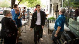 Magnus Carlsen ankommer St. Louis Chess Club. Med seg har han sekundant Peter Heine Nielsen og pappa Henrik. Foto: Lennart Ootes