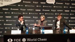 Fabiano Caruana og Magnus Carlsen under pressekonferansen etter 7. runde. Foto: Tarjei J. Svensen