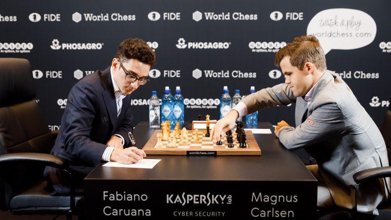 Magnus Carlsen, på dagen 5 år etter sin første seier mot Viswanathan Anand i Anand, i oppgjøret mot Fabiano Caruana i London. Foto: World Chess
