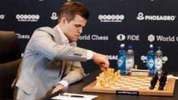 Magnus Carlsen, for første gang i grå dress, i dagens andre VM-parti mot Fabiano Caruana. Foto: World Chess
